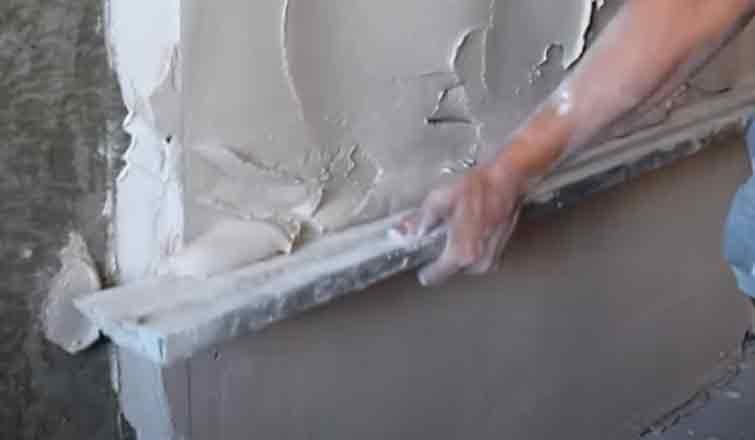 оштукатуренные стены внутри дома