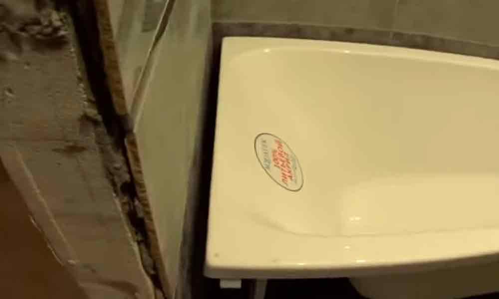 чем закрыть щель между ванной